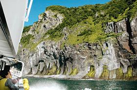 船上から眺める知床半島の断崖絶壁=いずれも北海道斜里町で