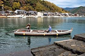 萩に残る最後の櫓こぎ舟「鶴江の渡し」。市道の一部なので乗船無料=山口県萩市で