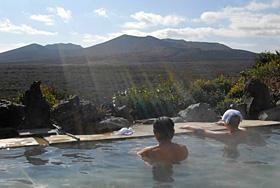 三原山の雄大な景色を眺めながら朝風呂に漬かる浴客