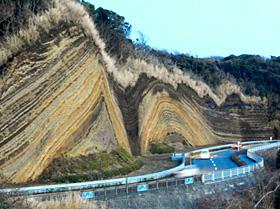 国道沿いに見えるバームクーヘンの模様のような地層切断面=いずれも伊豆大島で