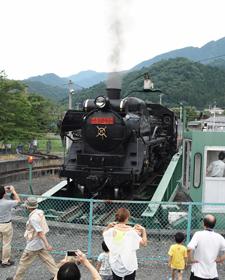 三峰口駅で方向転換する転車台の上のC58=埼玉県秩父市で