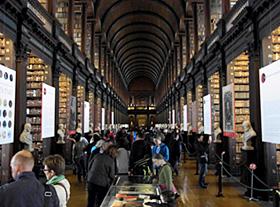 映画「スター・ウォーズ」の場面のモデルになったトリニティ・カレッジの図書館2階=いずれもアイルランドのダブリンで