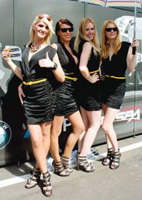 レースをPRする女性たち=いずれもドイツ・ニュルブルクリンクで