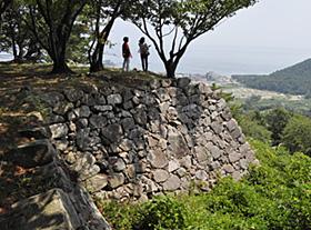 加藤清正が築いた多くの石垣が残る西生浦倭城。眼下には日本海が広がる=韓国・蔚山で