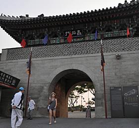 晋州城の城門=韓国・晋州で