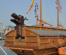 李舜臣将軍の指揮で活躍した「亀甲船」を模した船=韓国・統営で
