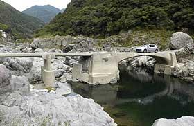 高知県内最古のアーチ形沈下橋とされる久喜橋。仁淀川の魅力を凝縮した名所として知られる=いずれも高知県仁淀川町で