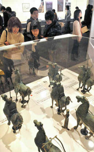 三国志にまつわる貴重な出土品や絵画などが並ぶ会場=名古屋市中区の松坂屋美術館で