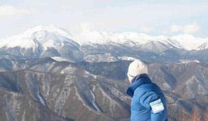 尾根の形がくっきりと見えた乗鞍岳などの山々=松本市奈川の野麦峠スキー場で