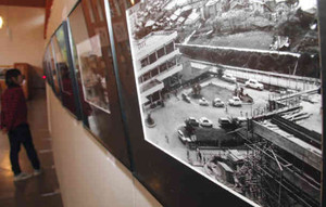 昔の尾鷲市の風景写真が並び、時代の移り変わりが見て取れる写真展=尾鷲市向井で