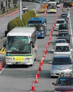 渋滞の横の専用車線を伊勢神宮内宮に向かうパーク&バスライドのシャトルバス=伊勢市で