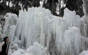 夜の冷え込みで大きく成長した氷柱=設楽町の道の駅「つぐ高原グリーンパーク」で