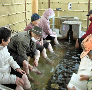 足をお湯に浸してくつろいだ表情の利用者たち=蟹江町西之森で