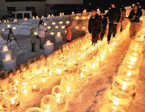 にぎわうアイスキャンドル行事。各地区の連携で木曽谷全体の盛り上げを図る=昨年2月、木曽町福島で