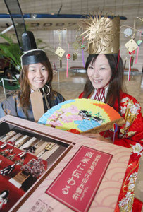ひな人形めぐりのPRに訪れた東近江市レインボー大使の木瀬知佳美さん(左)と村田まどかさん=中日新聞社で