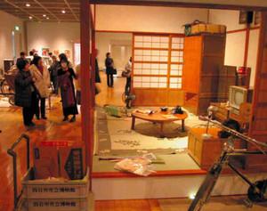 昭和30年代の茶の間などを再現した「昭和はくぶつかん」=四日市市立博物館で
