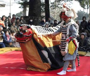大勢の見物客が見守る中、披露された椿大神社の獅子舞=鈴鹿市山本町で