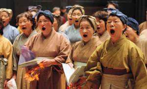 本番に向け歌声を合わせる出演者ら=大野町で