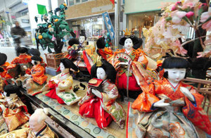 だいたて商店街に飾られたひな人形=津市大門で