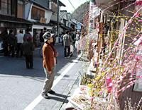 餅花なども飾られている足助の町並み