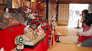 明治時代の古いひな人形などが飾られた「ひなまつり」=高岡市福岡町の雅楽の館で