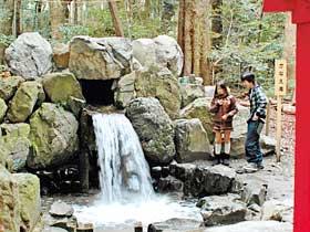 椿大神社境内にある開運スポット「かなえ滝」