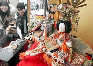 ショーウインドーに飾られている昭和初期のひな人形=金沢市東山で