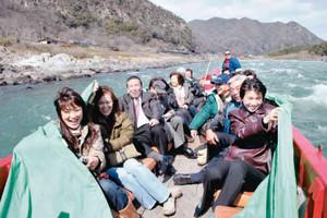 ライン下りのスリルを楽しむ人たち=木曽川で