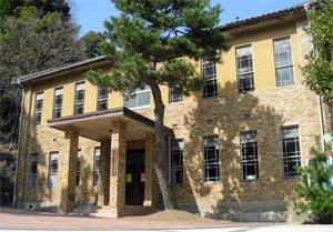ぬくもりバザーと絵画展の会場となる旧二俣町庁舎=浜松市天竜区で