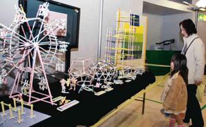 紙パイプで作った模型が並ぶ企画展=松阪市立野町のみえこどもの城で