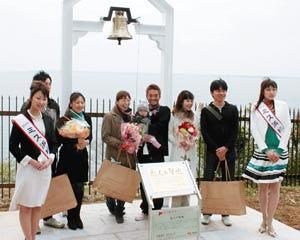 「幸せの鐘」の除幕式参加の皆さん=浜松市の東名高速浜名湖サービスエリアで