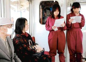 忍者装束でアナウンスする中西さん(右)と村木さん=伊賀市の伊賀鉄道で