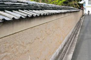 江戸時代末期に築かれた土塀=伊賀市上野忍町で