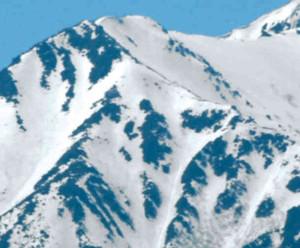 常念坊の雪形が浮き上がる常念岳山頂付近=安曇野市豊科南穂高で