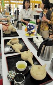 静岡県産の煎茶が買い物客に提供されたキャンペーン=5日、金沢市で