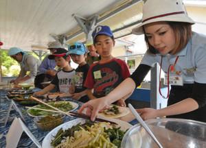 地元産の山菜を使ったピザ作りを体験する参加者=東栄町下田軒山の旧東部小で