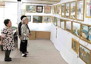 ホタルシーズンに会わせて空き店舗で始めた、ちぎり絵の作品展=新城市豊岡で