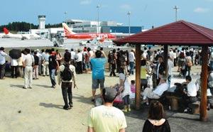 飛行機展望の隠れたスポットとして人気を集めている「展望広場」=7日午後、島田市、牧之原市の静岡空港で