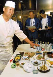 諏訪湖の魚で創作した会席料理を説明する川面総料理長(左)=諏訪市内で