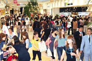 オープン初日から買い物客でにぎわう「ららぽーと磐田」=25日午前10時32分、磐田市高見丘で(山田英二撮影)
