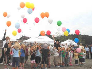 風船を飛ばして式典を盛り上げた園児ら=美浜町の久々子海岸で