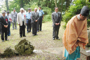 安全祈願祭で登山者の無事故を願う参列者=米原市の白山神社で