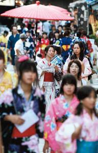 色鮮やかな浴衣姿で散策する女性たち=2008年7月、長浜市で