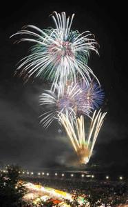次々打ち上げられ夜空を彩る花火=昨年7月、伊勢市の宮川で(多重露光)