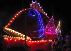 色とりどりの電飾で祭りの到来を告げる巨大なタイ=南知多町豊浜で