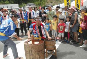 再開イベントで披露された恵利原早餅つき=志摩市観光農園で