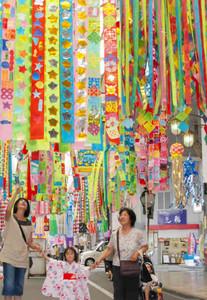 小中学生の願いを書いた飾りがたなびくアーケード=一宮市の本町通り商店街で