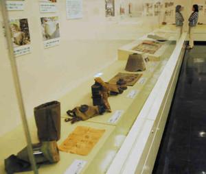 戦時中の品物を集めた展示会=大津市で