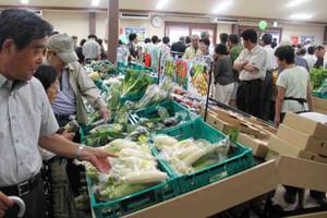 地元でとれた野菜や果物を買う人たち=松本市今井の道の駅「今井恵みの里」で