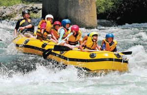歓声を上げながら川下りを楽しむ参加者ら=木曽町福島で